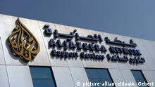 Das Logo des arabischen Fernsehsenders Al Dschasira / Al Jazeera ist am Donnerstag (06.01.2011) an der Unternehmenszentrale in Doha, der Hauptstadt von Katar, zu sehen. Foto: Andreas Gebert dpa