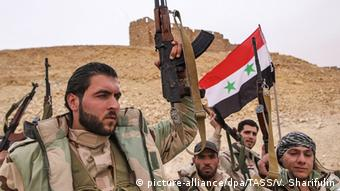 Syrian soldiers with flag in Palmyra