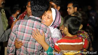 Pakistani people mourn over the death of their relatives outside a hospital following a suicide blast in eastern Pakistan's Lahore on March 27, 2016 (Photo: picture alliance/ZUMA Press/Sajjad)