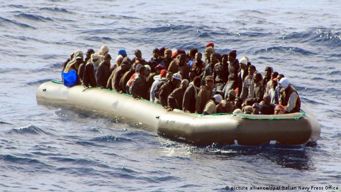 Italien Flüchtlinge Rettung Mittelmeer (picture alliance/dpa/ Italian Navy Press Office)