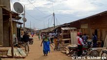 Untertitel: Im Zentrum von Nakivale geht es zu wie in einer Kleinstadt: Tischlereien, Werkstätten, Schneidereien, Friseursaloons, Läden, Apotheken…. Viele Flüchtlinge versuchen in Nakivale an den Berufen anzuknöpfen, die sie in ihrer Heimat betrieben haben, einige bringen ihre Waren und Werkzeuge mit und schaffen damit Arbeitsplätze in Nakivale. Uganda zählt zu denjenigen Ländern mit der weltweit liberalsten Flüchtlingspolitik. Rund eine halbe Million Menschen aus den Bürgerkriegsländern der Region suchen hier Schutz: aus dem Ostkongo, Südsudan, Somalia, Eritrea und Burundi. Täglich erreichen bis zu hundert Menschen die gigantischen Flüchtlingslager im Südwesten Ugandas. Bildergalerie DW, Simone Schlindwein, 23.3.2016 in Uganda, Nakivale © DW/S. Schlindwein