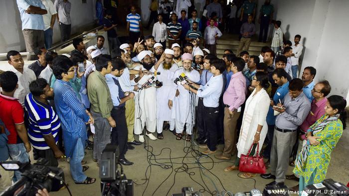 Bangladesh Dhaka Islamistische Anführer mit Presse nach Gerichtsurteil