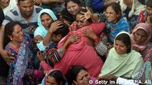 28.03.2016 Pakistani Christians mourn as they attend a funeral for a blast victim of the March 27 suicide bombing, in Lahore on March 28, 2016. Pakistan's army launched raids and arrested suspects after a Taliban suicide bomber targeting Christians over Easter killed 72 people including many children in a park crowded with families. Copyright: Getty Images/AFP/A. Ali