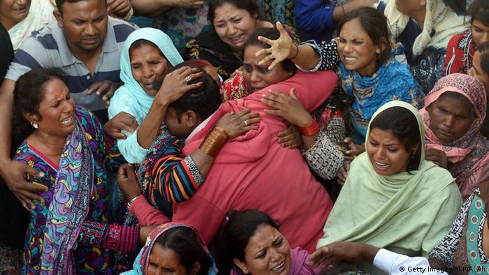 Pakistan Lahore Christen trauern bei Beerdigung nach Selbstmordattentat