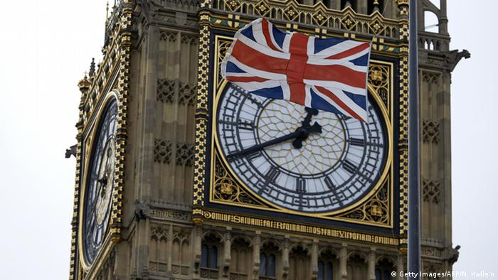 Großbritannien Big Ben mit Flagge in London (Getty Images/AFP/N. Halle'n)
