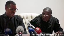 28.3.2016 *** epa05233571 The judge Januario Domingos (L) reads the sentence of the political activists accused of preparation of a rebellion against the Angolan government in the end of the trial session at Luanda Court, in Luanda, Angola, 28 March 2016. The court handed sentences of two to eight years in prison to 17 activists. EPA/PAULO JULIAO Copyright: picture-alliance/dpa/P. Juliao