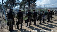 3.3.2016 *** epa05192431 Macedonian special police forces secure the border line between Greece and Macedonia, near Gevgelija, The Former Yugoslav Republic of Macedonia, 03 March 2016. Migration restrictions along the so-called Balkan route, the main corridor for refugees and migrants headed further north to richer EU countries, have led to bottlenecks at the border between Greece and neighbouring Macedonia. EPA/GEORGI LICOVSKI +++(c) dpa - Bildfunk+++ picture alliance/dpa/G. Licovski