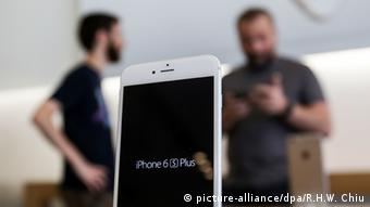 FBI knackt iPhone (picture-alliance/dpa/R.H.W. Chiu)