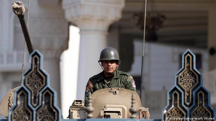 Ägypten Soldat in Panzerfahrzeug
