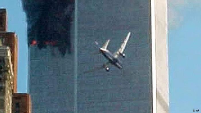 AP Iconic Images USA New York Anschläge auf das World Trade Center 2001 Flugzeug fliegt ins Gebäude