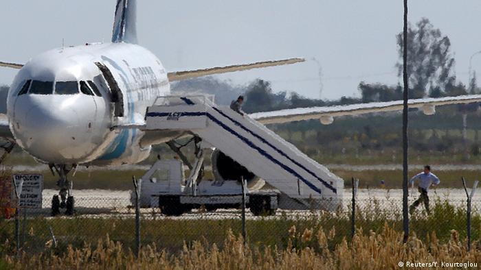 Zypern Menschen rennen aus dem entführten Flugzeug von der Fluggesellschaft EgyptAir