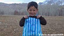 Februar 2016 This photograph taken on January 24, 2016 and provided by the family of Afghan boy and Lionel Messi fan Murtaza Ahmadi, 5, with his plastic bag jersey in Jaghori district of Ghazni province. A five-year-old Afghan boy has become an internet star after pictures went viral of him wearing an Argentina football shirt made out of a plastic bag, complete with his hero Lionel Messi's nam copyright: Getty Images/AFP/STR