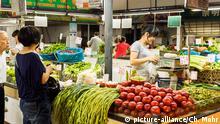 Gemuesemarkt an der Xiaotaoyuan Lu Copyright: picture-alliance/Ch. Mohr