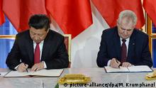 29.03.2016 *** Czech President Milos Zeman, right, and his Chinese counterpart Xi Jinping, left, sign a bilateral treaty of strategic partnership at the Prague Castle in Prague, Czech Republic, Tuesday, March 29, 2016. (CTK Photo/Michal Krumphanzl) © picture-alliance/dpa/M. Krumphanzl