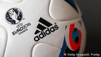 Σύμφωνα με τη FIFA η μπάλα δεν πρέπει να απορροφά περισσότερο νερό απ' ό,τι το 10% του βάρους της.