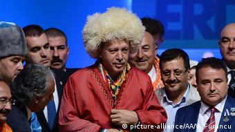 Szene aus Extra3: Ein Lied für Erdogan - Erdogan ist mit blonder Perücke versehen (c) picture-alliance/AA/V. Furuncu