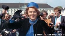 ARCHIV - Verkleidet als Königin Beatrix der Niederlande posiert der deutsche Komiker und Showmaster Hape Kerkeling am 25.04.1991 vor Schloss Bellevue in Berlin für die Presse. Am 09.12.2014 feiert Kerkeling seinen 50. Geburtstag. Foto: Hammer/dpa (zu dpa Der Mann, der Beatrix war - Hape Kerkeling wird 50 vom 08.12.2014) +++(c) dpa - Bildfunk+++ Bildergalerie Niederländer in Deutschland © picture-alliance/dpa/Hammer