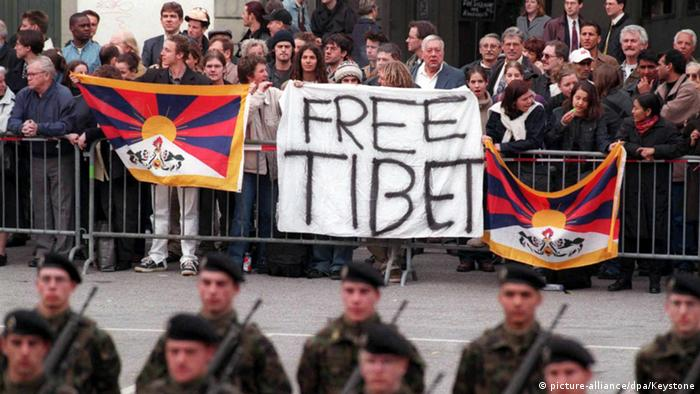 Tibetan demonstrators disrupt the ceremony of the military honour guard for Chinese President Jiang Zemin on his state visit to Switzerland in 1999