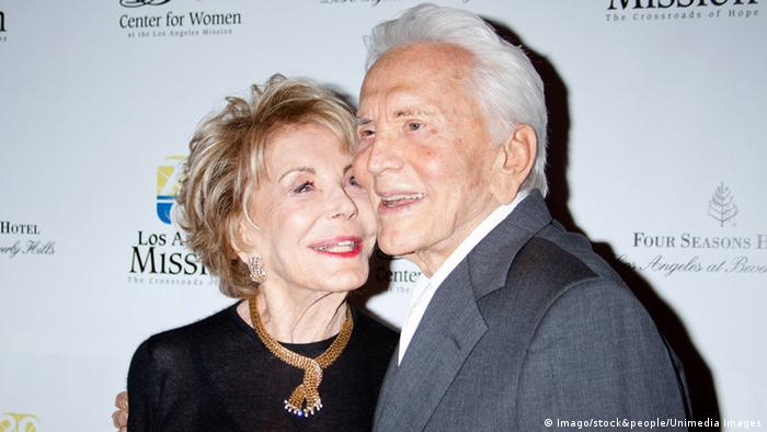 Kirk Douglas with his wife Anne Buydens 2012 (Foto: Imago/stock&people/Unimedia Images)