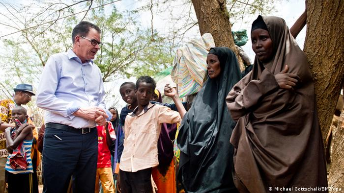 German Development Minister Gerd Müller in conversation with a family at Kenya's Dadaab refugee camp in March 2016