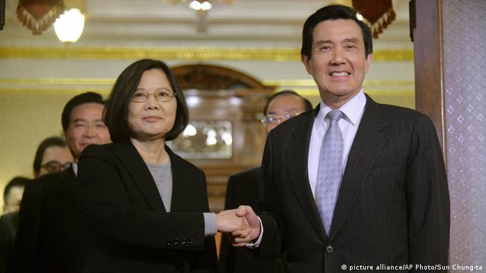 Taiwan Tsai Ing-wen und Ma Ying-jeou in Taipeh (picture alliance/AP Photo/Sun Chung-ta)
