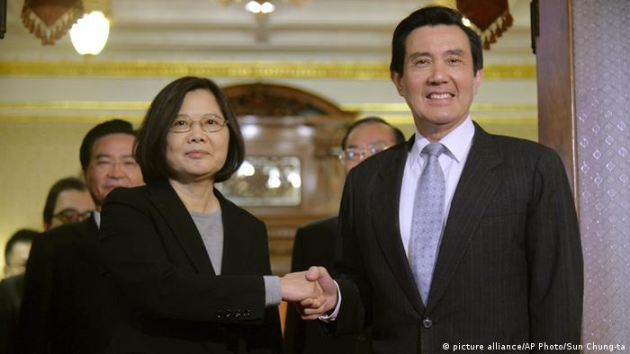 Taiwan Tsai Ing-wen und Ma Ying-jeou in Taipeh (picture alliance/AP Photo/Sun Chung-ta)
