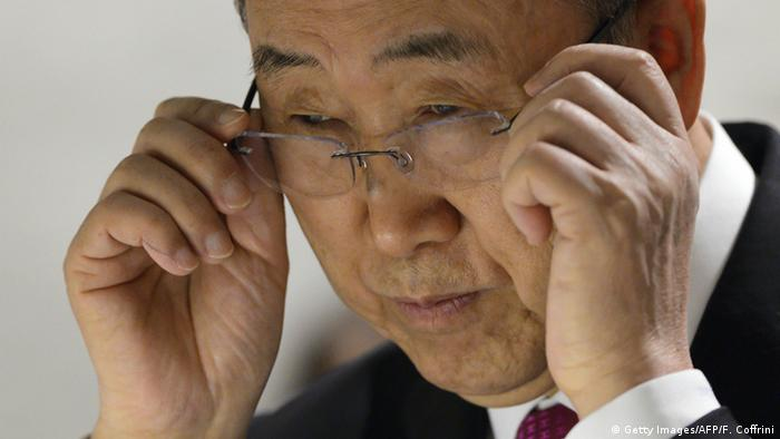 UN-Generalsekretär Ban Ki-moon richtet seine randlose Brille.(Foto: Getty Images/AFP/F. Coffrini)
