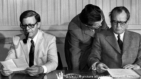 Helmut Schmidt, Günter Guillaume und Willy Brandt im Kanzleramt (Foto: picture alliance/AP Images)