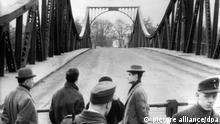Zu Bildergalerie Spionage: ARCHIV - Blick am 10.02.1962 über den Schlagbaum auf Westberliner Seite auf die Glienicker Brücke in Berlin, auf der kurz zuvor der Austausch des US-Piloten Gary Francis Powers gegen den sowjetischen Spion Rudolf Iwanowitsch Abel stattgefunden hatte. Drei Mal spielte die Glienicker Brücke zwischen Berlin und Potsdam während des Kalten Krieges eine zentrale Rolle. Vor einem halben Jahrhundert wurde der Mythos der Agentenbrücke geboren. Foto: dpa (zu lbn «50 Jahre Spionagekrimi auf der Agentenbrücke» vom 03.02.2012) +++(c) dpa - Bildfunk+++ Copyright: picture alliance/dpa