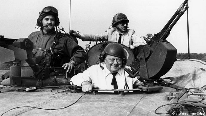 Deutscher Politiker Franz Josef Strauß in einem Panzer (Foto: dpa)