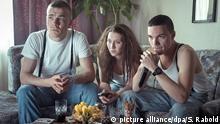 ***ACHTUNG: Nur zur Berichterstattung über die ARD-Themenreihe Mitten in Deutschland: NSU verwenden!*** HANDOUT - Uwe Mundlos (Albrecht Schuch, l-r), Beate Zschäpe (Anna Maria Mühe) und Uwe Böhnhardt (Sebastian Urzendowsky) in einer Szene des SWR-Films «Die Täter _ Heute ist nicht alle Tage» (undatierte Aufnahme). Der erste von drei Spielfilmen des ARD-Projekts «Mitten in Deutschland: NSU» wird am 30.03.2016 im Ersten ausgestrahlt. dpa (zu dpa-Korr Mitten in Deutschland: NSU»: rechte Spurensuche in der ARD vom 23.03.2016) ACHTUNG: Nur zur redaktionellen Verwendung im Zusammenhang mit der Berichterstattung über das Filmprojekt und nur bei Urhebernennung Foto: Stephan Rabold/SWR/dpa +++(c) dpa - Bildfunk+++ picture alliance/dpa/S. Rabold