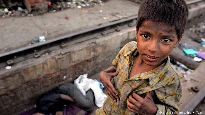 Заощадження серед найбіднішого мільярда населення Землі не перевищують 248 доларів. Майже половина (44 відсотки) з найбіднішого мільярда людей на Землі - боржники. В середньому кожен у цій групі заборгував 2628 доларів. На архівному фото: семирірчний Раджу з індійського Нью-Делі заробляє на день півдолара, збираючи пластикові пляшки.