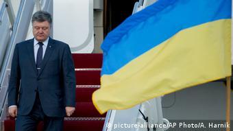 Президент Украины Порошенко спускается по трапу самолета