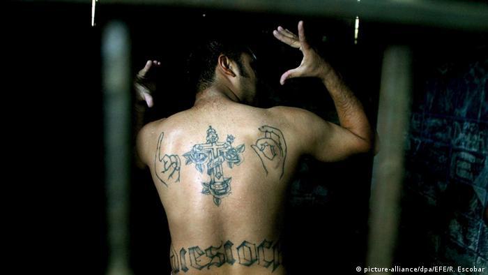 El Salvador Mitglied der Mara 18-Bande in Haft in Ilopango (picture-alliance/dpa/EFE/R. Escobar)
