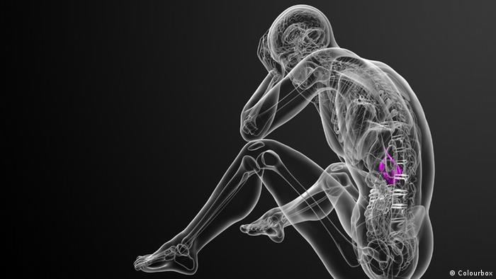 Symbolbild: Scan eines sitzenden, traurigen Mannes, ein Körperorgan ist farblich rot markiert, das ganze Bild ist in Schwarz gehalten
