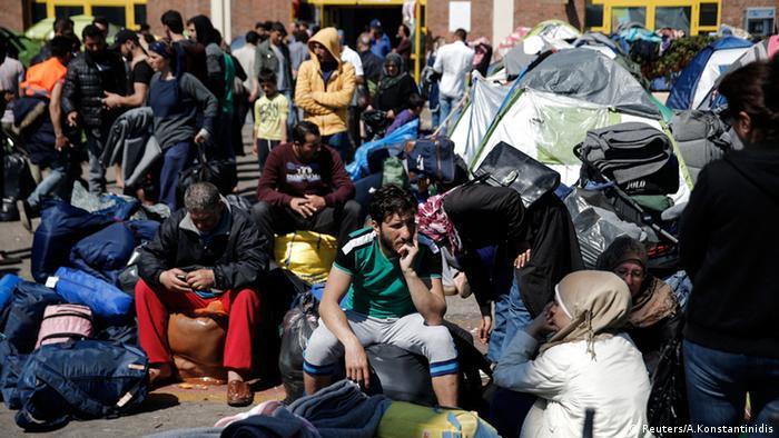 Hafen von Piräus Griechenland Flüchtlinge warten