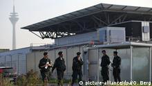 Polizisten sichern das Düsseldorfer Oberlandesgericht