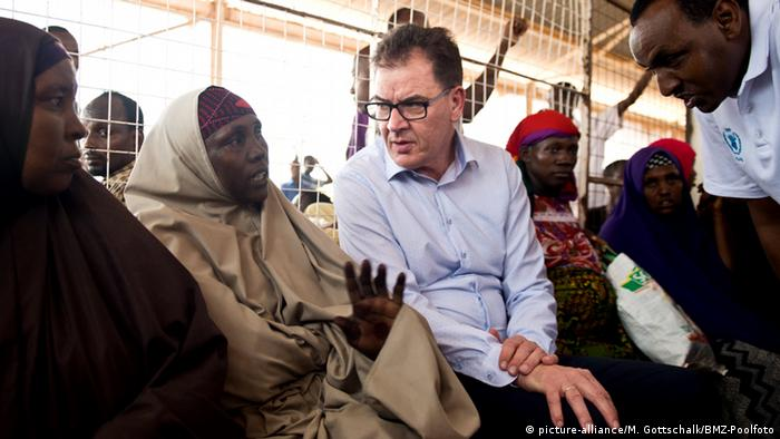 Minister Müller talking to a refugee woman in Dadaab