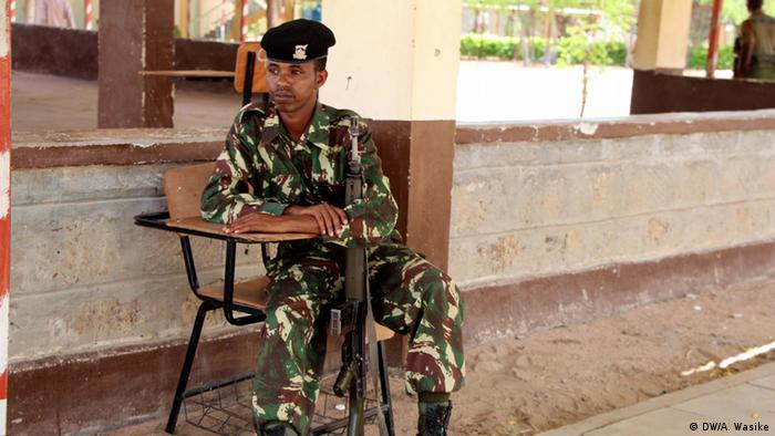 A police officer mans his post at the Garissa University (photo: DW/A.Wasike)