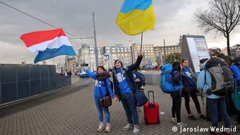 Сторонники ратификации соглашения об ассоциации ЕС и Украины с флагами Нидерландов Украины