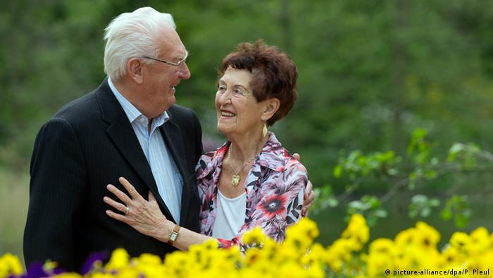هلغا (85 عاما) وبوغوسلاف (88 عامان) وجان مسنان سعيدان في نزهة في حديقة عامة بتاريخ 9 مايو/ أيار 2012