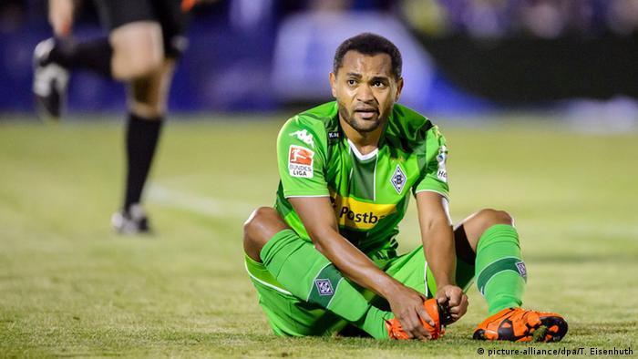 Raffael hockt auf dem Rasen (Foto: picture-alliance/dpa/T. Eisenhuth)