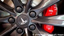 Eine Felge mit dem Logo von Tesla ist am 17.08.2015 in München (Bayern) in einem Showroom des Autoherstellers zu sehen. Foto: Sven Hoppe/dpa (c) picture-alliance/dpa/S. Hoppe