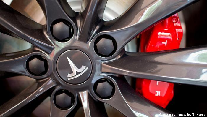 Roda de carro com o logo da montadora Tesla