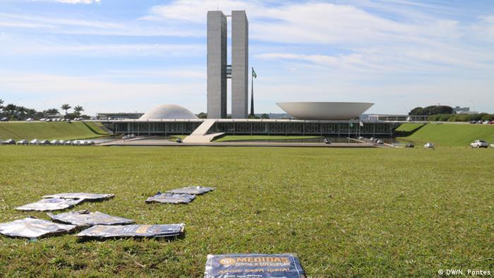 Cartazes contra a corrupção espalhados pelo chão diante do Congresso Nacional, em Brasília/DF