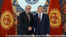 March 30, 2016 BISHKEK, KYRGYZSTAN - MARCH 31: German Foreign Minister Frank-Walter Steinmeier (L) and Kyrgyzstan's President Almazbek Atambayev (R) shake hands before their meeting in Bishkek, Kyrgyzstan on March 30, 2016. Kyrgyzstan Presidency Press Office / Anadolu Agency Keine Weitergabe an Drittverwerter. © picture-alliance/dpa/Kyrgyzstan Presidency Press Office