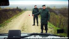 22.10.2003 Zwei lettische Grenzsoldaten halten am 22.10.2003 an der lettisch-russischen Grenze bei Terechow (Lettland) ein Fahrzeug an. Im Zuge des bevorstehenden EU-Beitritts ergriff Lettland Maßnahmen zur Verstärkung der Kontrollen an der Landesgrenze zu Russland. Lettland gehört zu den Ländern, die im Jahr 2004 die aus 15 Staaten bestehende Europäische Union auf insgesamt 25 Mitgliedstaaten erweitern werden. © picture-alliance/dpa/T.Subkhankulov