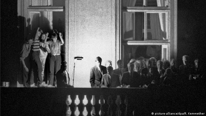 Genscher (Mitte vor dem Fensterkreuz rechts) teilt den DDR-Flüchtlingen in Prag mit, dass sie in die Bundesrepublik ausreisen können (Foto: dpa)