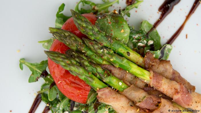 Спаржа с беконом и салатом