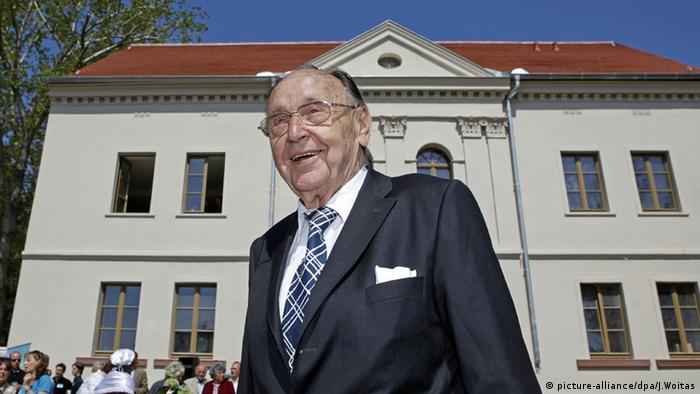 Hans-Dietrich Genscher in front of his birth house in Halle, Copyright: picture-alliance/dpa/J.Woitas